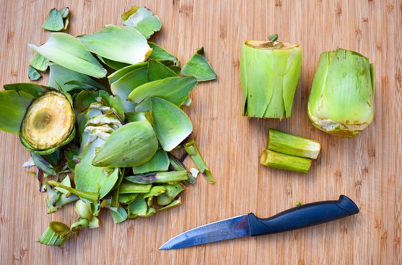 carciofi puliti, parte di scarto e coltello
