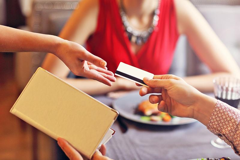 food cost cliente al ristorante porge la carta per pagare al cameriere